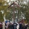 В Архангельске восстановили и освятили поклонный крест, срубленный вандалами