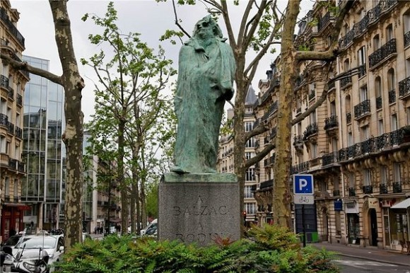 Памятник Бальзаку на улице Распай