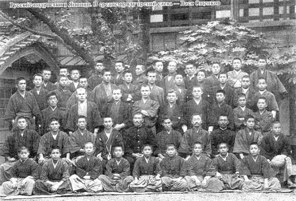 Русские подростки в Японии. В среднем ряду третий слева - Вася Ощепков