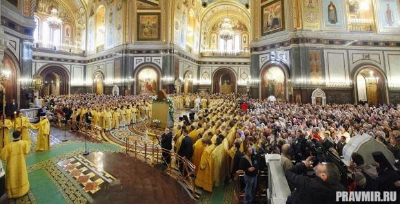 За Литургией пели Московский синодальный хор, хор Сретенского ставропигиального монастыря и хор Храма Христа Спасителя.