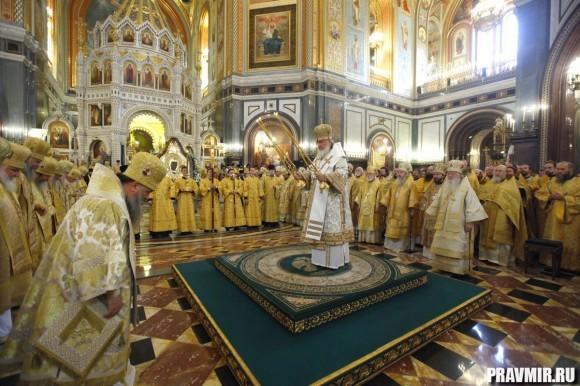 Предстоятель Русской Церкви совершил Божественную литургию в кафедральном соборном Храме Христа Спасителя — храме-памятнике героям войны 1812 года.