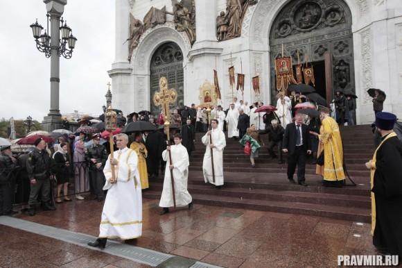 По окончании богослужения Святейший Патриарх Кирилл возглавил крестный ход и молебен перед Смоленской иконой Божией Матери на паперти Храма Христа Спасителя.