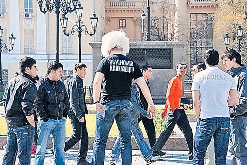 Кавказские парни в центре Москвы демонстративно протестуют против того, что им не дают танцевать лезгинку. Позже кавказская свадьба с лезгинкой в столице закончится стрельбой… Фото: PHOTOXPRESS
