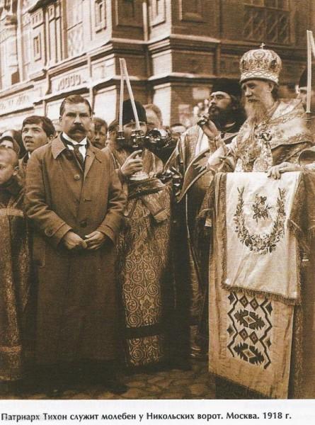 Патриарх Тихон служит молебен у Никольских ворот, Москва, 1918 год. Фото: oldmos.ru