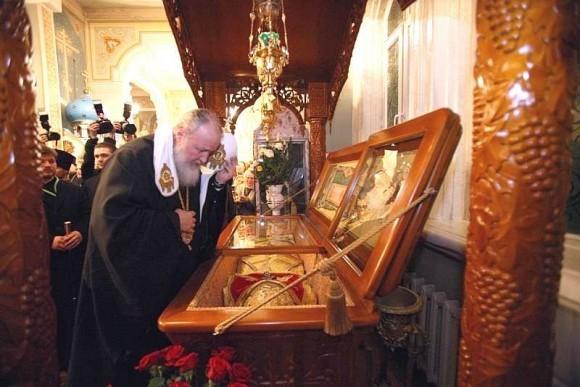 Патриарх Кирилл у мощей святителя Николая (Могилевского), 17 января 2010 года. Фото: nikolsky.kz