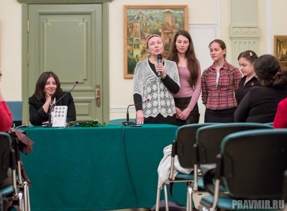 А затем матушка попросила своих трех присутствующих на презентации книги дочерей выйти к ней и спеть для собравшихся песню.