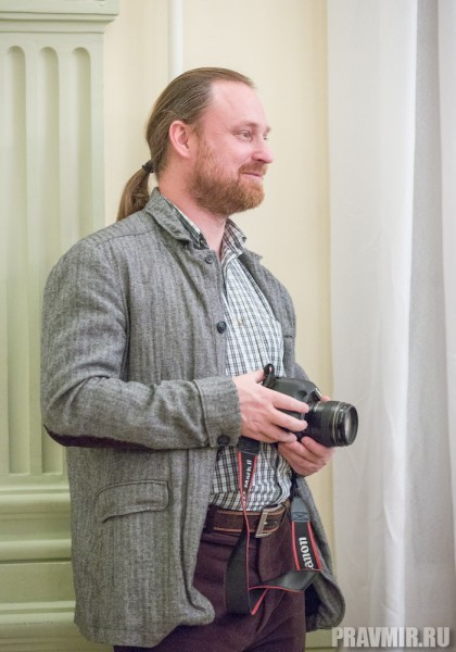 Муж Ксении, Сергей Чапнин, редактор Журнала Московской Патриархии, фотографирует.