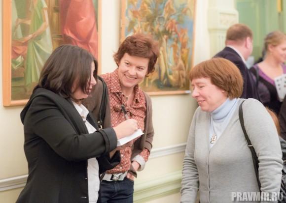 Время подписывать книги. Ксения Лученко, Юлия Покровская и Ирина Языкова.