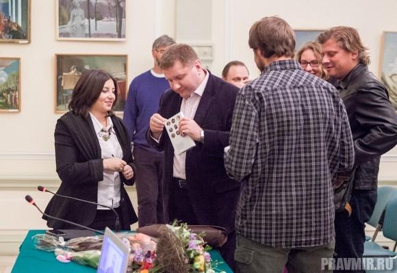 Константин Эггерт - обозреватель радио «Коммерант-FM» опоздал на презентацию, но от автографа автора не откажется ни за что.