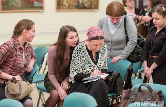 Матушка Ольга также подписывает книги. Сейчас – автограф на экземпляре Ирины Языковой. Рядом с Ольгой Юревич – ее дочери.