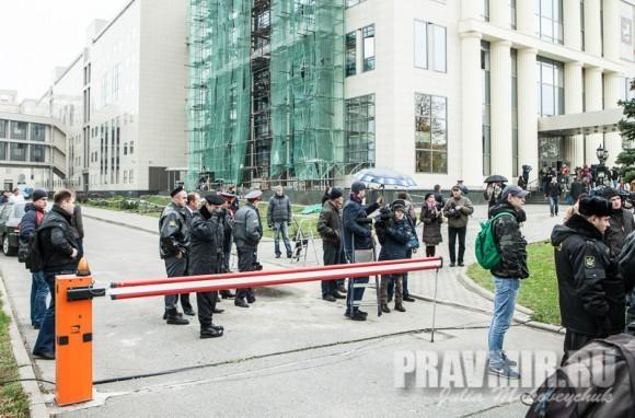 10.00 У Мосгорсуда собираются журналисты и сотрудники органов правопорядка