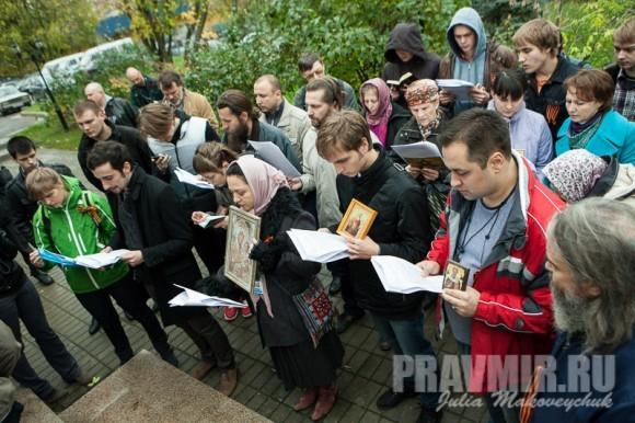 Дмитрий Цорионов читает акафист вместе с православными активистами