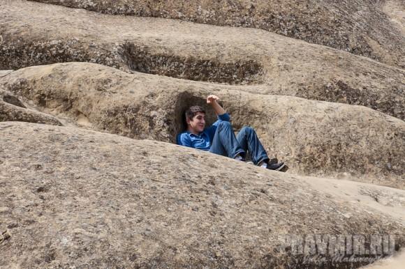 Монастырские кельи были вырублены в гладких скалах. Сейчас туристы встречаются на них гораздо чаще, чем монахи