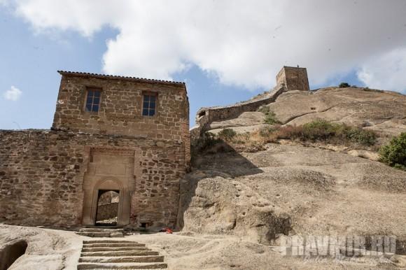 Крепостные стены и ворота монастыря были построены при Онуфрии Мачутадзе