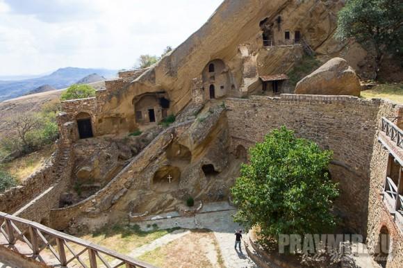 Кельи построены при Иларионе Картвели. Монахи там живут и сегодня