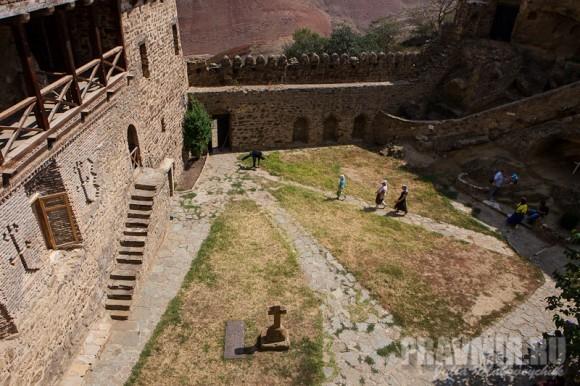 Террасный двор монастыря. Также построен при Иларионе Картвели