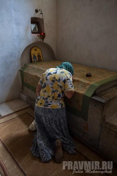 Паломники молятся перед гробницей преподобного Давида в Преображенской церкви