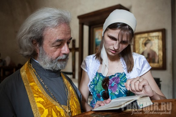 Отец Александр Ильяшенко и паломница Елена готовятся к молебну преподобному Давиду