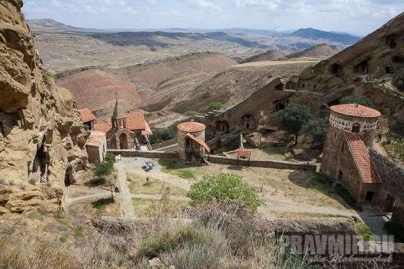 Вид на монастырь от пещеры, где были избиты шестьсот монахов