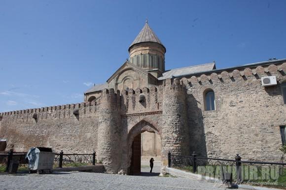 Вход на территорию собора