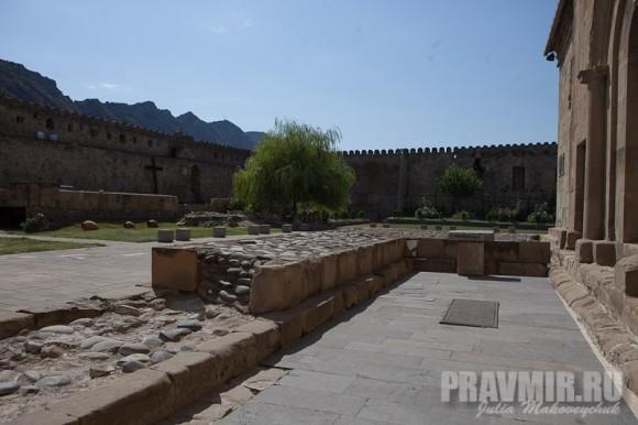 Стены вокруг собора