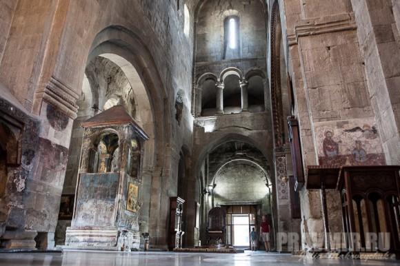 Интерьер храма. Слева — башня над могилой святой Сидонии, Хитоном Господним и Животворящим Столпом