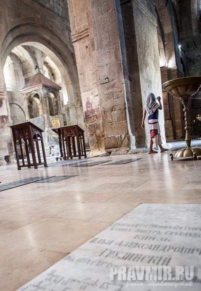 Интерьер собора. Могила князя Грузинского Ильи Александровича, внука царя Георгия III. + 5 января 1885