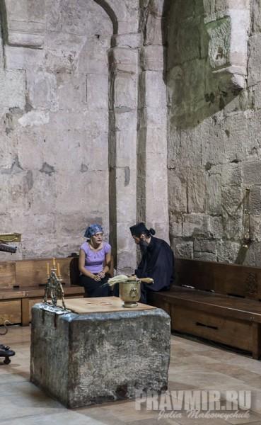 В углу храма проходит исповедь