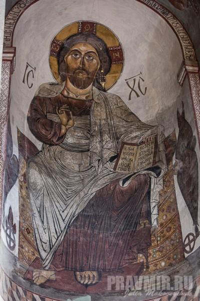 Фреска Спас Вседержитель в алтарной части храма