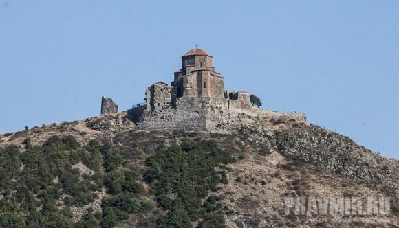 Вид на монастырь Джвари от собора Светицховели