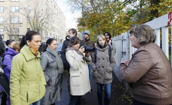 Алла Фролова - справа, беседует с журналистами