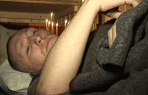Ночь исповеди. К этому времени Андрей Головко уже не мог ни сидеть, ни ходить. Кадр из фильма «Разбойник»