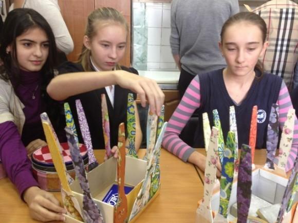 На спасение девочки бросились дети - одноклассники Риты и даже младшеклассники из ее школы, которые своими руками создали десятки поделок, чтобы продать на благотворительной ярмарке перед концертом
