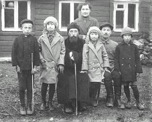 протоиерей Петр Пушкинский с детьми (крайний слева - его сын Сергей, крайняя справа - дочь Нина)