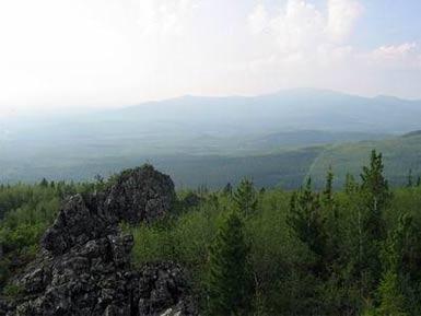 На горизонте гора Конжаковский Камень
