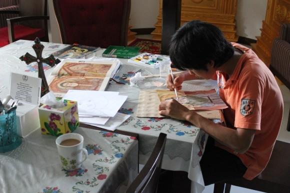 Православный лаосец Кампан (Константин) Пхиаксаявонг с увлечением изучает иконопись под руководством о. Романа