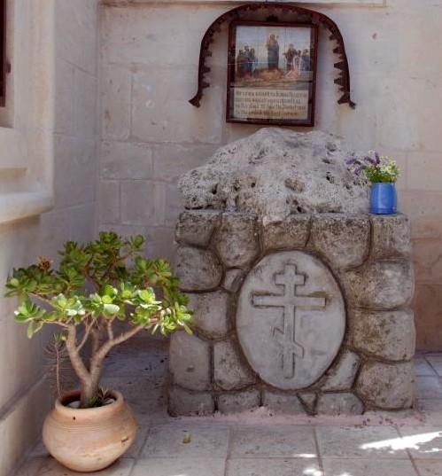 Справа от входа в Казанскую церковь находится камень на котором, по преданию, проповедовал Иоанн Креститель. Фото: travelling.lv
