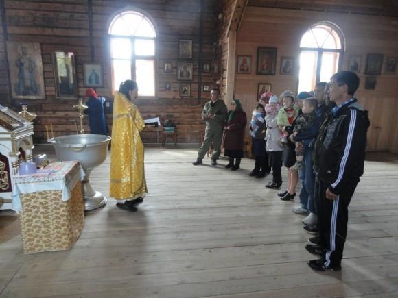 Таинство Крещения совершает игумен Макарий (Чулунов)