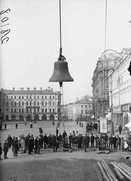 Своеобразное применение части московских колоколов нашли в 1932 г. столичные власти. Из 100 т церковных колоколов отлили бронзовые горельефы для нового здания библиотеки имени Ленина.