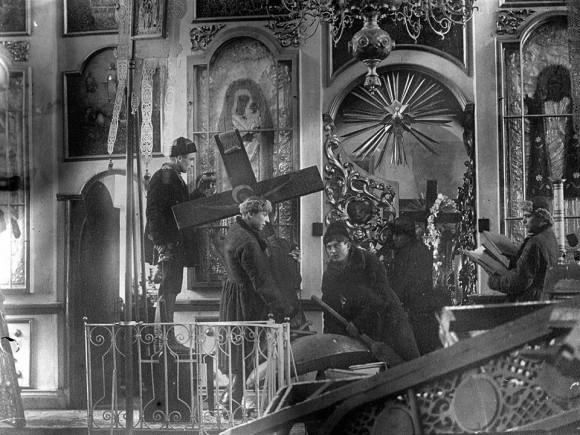 В 1920-х гг. в массовом порядке закрывались, переоборудовались или разрушались храмы, изымались и осквернялись святыни. Если в 1914 году в стране насчитывалось около 75 тыс. действующих церквей, часовен и молитвенных домов, то к 1939 году их осталось около ста.