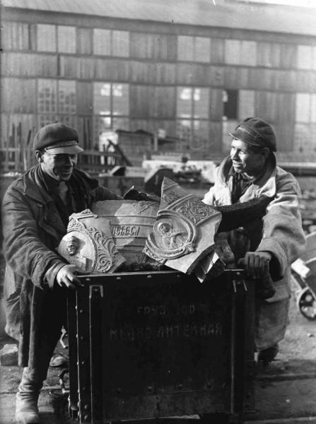 Большевики посчитали колокольный звон вредным, и к началу 30-х годов все церковные колокола замолчали. Часть изъятых колоколов отправили на крупные стройки Волховстроя и Днепростроя для технических нужд, например, на изготовление котлов для столовых.
