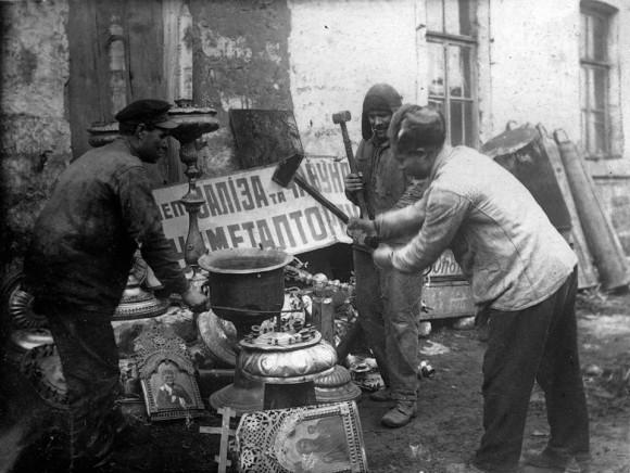 В марте 1922 г. Ленин писал в секретном письме членам Политбюро: «Изъятие ценностей, в особенности самых богатых лавр, монастырей и церквей, должно быть произведено с беспощадной решительностью, безусловно ни перед чем не останавливаясь и в самый кратчайший срок. Чем большее число представителей реакционной буржуазии и реакционного духовенства удастся нам по этому поводу расстрелять, тем лучше».