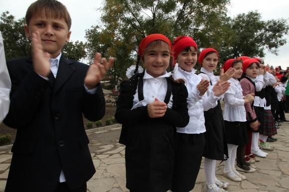 Дети на празднике в национальном парке