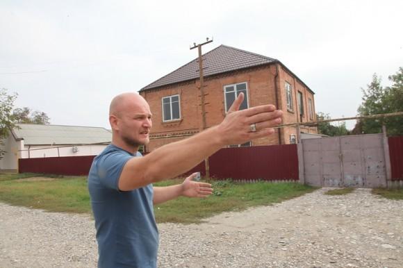 Казбек Айтукаев показывает район где он спасал русских детей из-под завалов