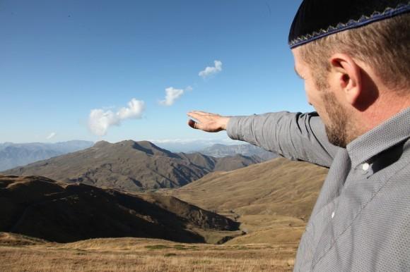 Сайпутдин Гутчигов показывает, где его родовое село
