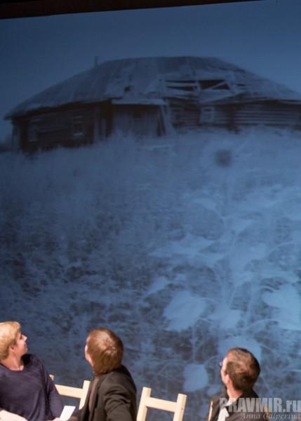 А на фотографии их старенькая покосившаяся прошинская избушка с ситцевыми занавесками