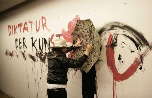 """Группа Таджик Арт повторяет перфоманс Джонатана Меезе на открытии его выставки BABY 'KUNST' (METABOLISM ROCK'S)  в галерее """"Риджина"""", 2009 год"""
