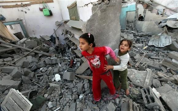 Газа. Дети на обломках разрушенного дома. Фото The Telegraph