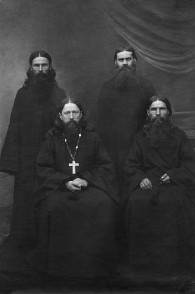 Козельск. 1920-е годы. В нижнем ряду слева направо: иеромонах Никон (Беляев), иеромонах Геронтий (Ермаков; расстрелян в 1938 г.); стоят: рясофорный монах Кирилл (Зленко;† 1932) и рясофорный монах Родион (Шейченко)