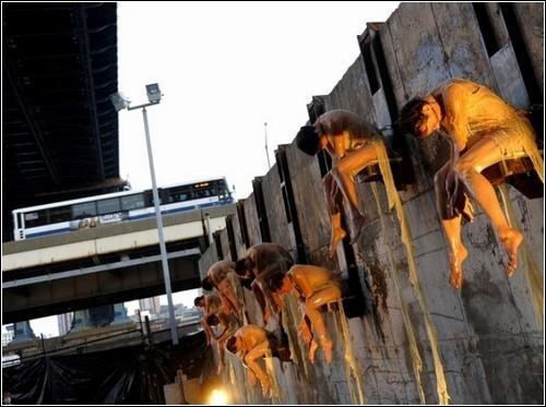 """«Melt» - тающий перфоманс от Ноэми Лафранс. Девушки 8 часов сидят на стене в тающей """"одежде"""" из воска и ланолина"""